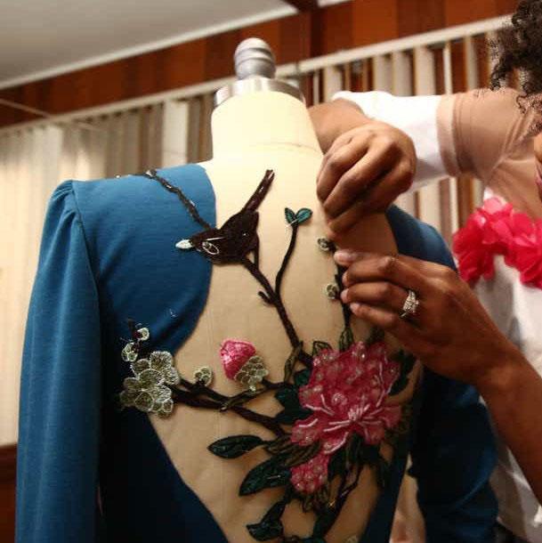 Epinglage de décors pour robe sur mannequin Denise Carter bureau d'études atelier de confection Grenoble France